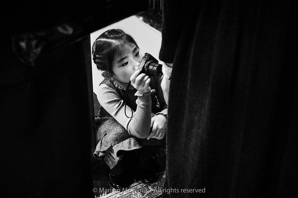 Japonska-deklica-s-fotoaparatom-4771-2048.jpg